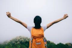 Mujer con los brazos extendidos que disfruta de la visión Imágenes de archivo libres de regalías