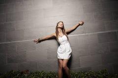 Mujer con los brazos outstretched Fotos de archivo libres de regalías