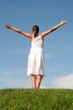 Mujer con los brazos outstretched Fotos de archivo