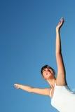 Mujer con los brazos outstretched Foto de archivo libre de regalías