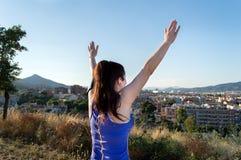 Mujer con los brazos para arriba después de correr Fotos de archivo