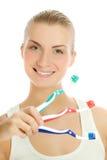 Mujer con los cepillos de dientes Imagen de archivo