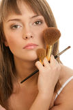 Mujer con los cepillos del maquillaje Fotografía de archivo libre de regalías