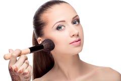 Mujer con los cepillos del maquillaje imagen de archivo libre de regalías