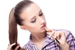 Mujer con los cepillos del maquillaje foto de archivo libre de regalías