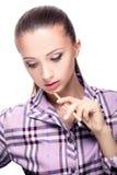 Mujer con los cepillos del maquillaje imagen de archivo