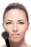 Mujer con los cepillos del maquillaje fotos de archivo