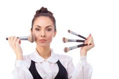 Mujer con los cepillos del maquillaje Todos aislados en blanco imágenes de archivo libres de regalías