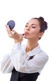 Mujer con los cepillos del maquillaje Todos aislados en blanco foto de archivo