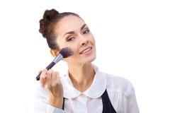 Mujer con los cepillos del maquillaje Todos aislados en blanco fotos de archivo