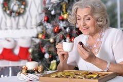 mujer con los chocolates y la taza de té foto de archivo