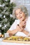 mujer con los chocolates y la taza de té imagen de archivo libre de regalías
