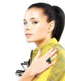 Mujer con los clavos de oro y la esmeralda de la piedra preciosa Imágenes de archivo libres de regalías