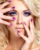 Mujer con los clavos hermosos y el maquillaje del ojo Imagen de archivo