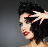 Mujer con los clavos rojos y el peinado creativo Fotografía de archivo libre de regalías