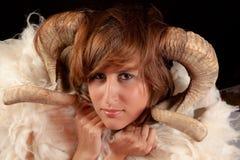Mujer con los claxones Imagen de archivo