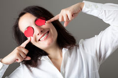 Mujer con los corazones en sus ojos Foto de archivo