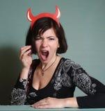Mujer con los cuernos del rojo de Halloween Fotos de archivo