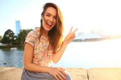 Mujer con los dientes blancos que piensa y que mira de lado en un parque en verano Fotografía de archivo libre de regalías