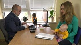 Mujer con los documentos de firma del divorcio del bebé en el bufete de abogados 4K almacen de video