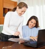 Mujer con los documentos y el ordenador portátil Foto de archivo