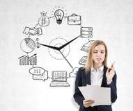 Mujer con los documentos y el reloj del negocio Imagen de archivo libre de regalías