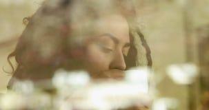 Mujer con los dreadlocks que miran afuera almacen de video