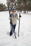 Mujer con los esquís Imagenes de archivo