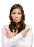 Mujer con los fingeres y las manos cruzados Imagen de archivo