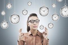 Mujer con los fingeres y los relojes cruzados fotografía de archivo
