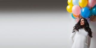 Mujer con los globos coloridos Imagen de archivo libre de regalías
