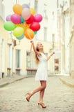 Mujer con los globos coloridos fotografía de archivo