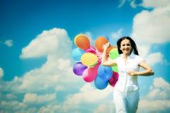 Mujer con los globos coloridos Fotos de archivo libres de regalías