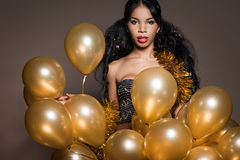 Mujer con los globos de oro imagen de archivo libre de regalías