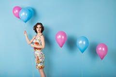 Mujer con los globos en estudio fotografía de archivo libre de regalías
