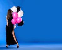 Mujer con los globos negros, blancos y rosados Imagen de archivo