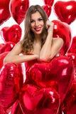Mujer con los globos rojos del corazón Imagen de archivo libre de regalías