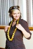 Mujer con los granos ambarinos Imagen de archivo libre de regalías