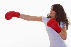 Mujer con los guantes de boxeo imagen de archivo