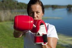 Mujer con los guantes de boxeo Fotos de archivo