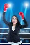 Mujer con los guantes de boxeo fotos de archivo libres de regalías