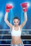 Mujer con los guantes de boxeo fotografía de archivo