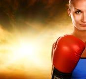 Mujer con los guantes de boxeo rojos Fotografía de archivo libre de regalías