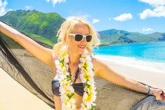 Mujer con los leus hawaianos Fotos de archivo