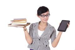 Mujer con los libros y el iPad Foto de archivo