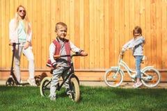 Mujer con los niños en las bicicletas Imagenes de archivo