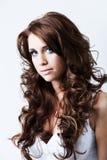 Mujer con los ojos azules y el pelo rizado largo Imágenes de archivo libres de regalías