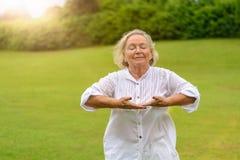 Mujer con los ojos cerrados haciendo ejercicios de respiración Fotos de archivo libres de regalías