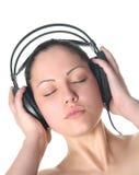 Mujer con los ojos cerrados que escucha Fotografía de archivo libre de regalías