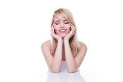 Mujer con los ojos cerrados y reclinación principal en manos Imágenes de archivo libres de regalías